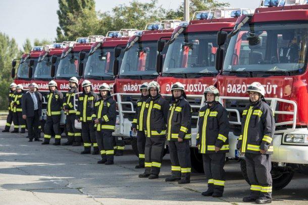 Forrás: http://www.kormany.hu/hu/belugyminiszterium/parlamenti-allamtitkarsag/fotok/uj-magyar-gyartasu-tuzoltoautokat-adtak-at-budapesten
